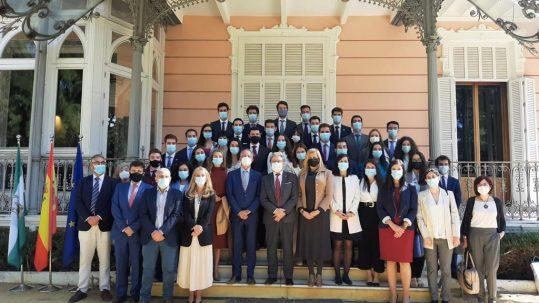 Qué es la Acción Exterior de la Junta de Andalucía. Visita de la Delegación de Alumnos de la Escuela Diplomática del Ministerio de Asuntos Exteriores. Foto con los Alumnos, el embajador Don Alberto Antón y Rosario Alarcón